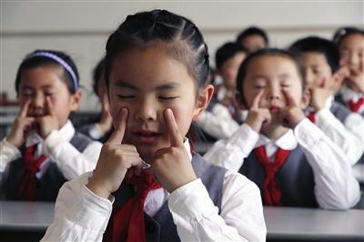 学生操老师视频_实验小学的学生正在做眼保健操 涂学文 摄