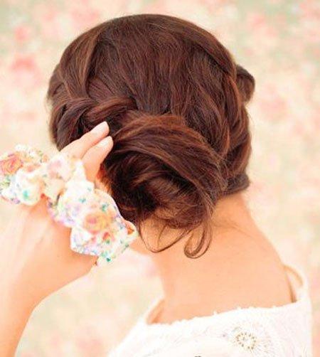 步骤四:用头花扎好,这样可用固定发型的同时也得到了装饰,显得美丽图片